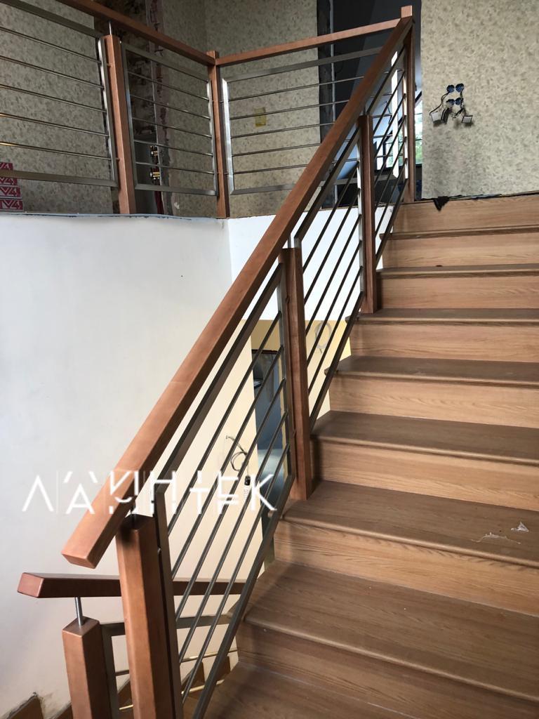 Ограждение для лестницы из нержавеющей стали и дерева