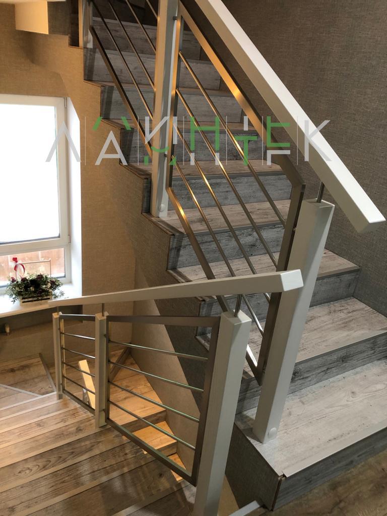 Комбинированное лестничное ограждение из металла и дерева